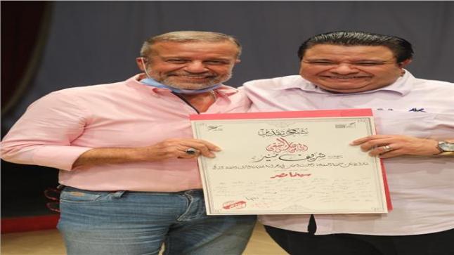 مخرج سينما مصر يقوم بتكريم اسم نور الشريف وبوسي وشريف منير