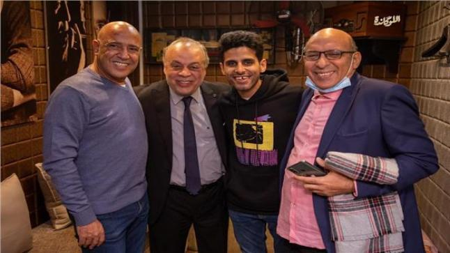 الفنان أشرف زكي مع فريق عمل مسرحية اللوكاندة على مسرح الريحاني