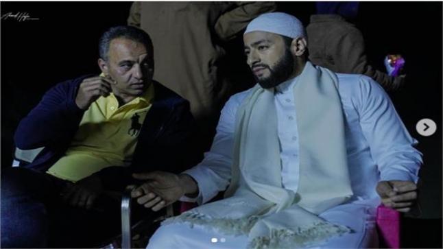 حمادة هلال مع المخرج أحمد سمير فرج في كواليس مسلسل المداح