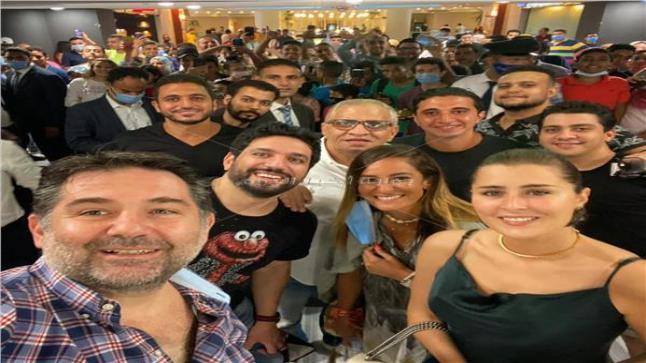 نجوم فيلم توأم روحي مع الجمهور في السينما بالإسكندرية