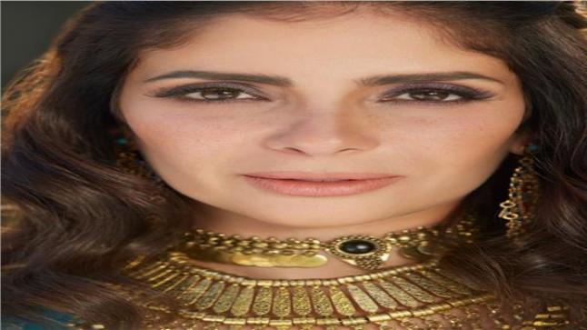 تكريم الفنانة مني زكي في مهرجان القاهرة السينمائي بجائزة فاتن حمامة